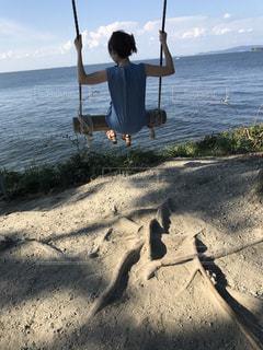 水の体の横に立っている人 - No.755034
