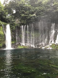 水の体の上の大きな滝 - No.755321