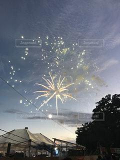空に花火のグループの写真・画像素材[755325]