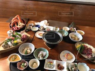 木製のテーブル、板の上に食べ物のプレートをトッピング - No.755411