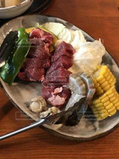 木製のテーブルの上に食べ物のプレート - No.755412