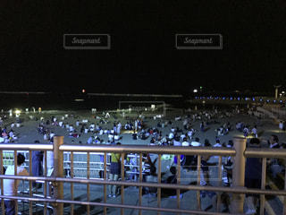夜の大観衆の前で立っている人のグループ - No.755415