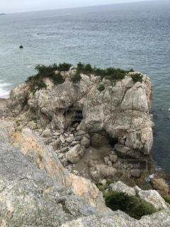 近くに水の体の横にある岩のアップ - No.755467