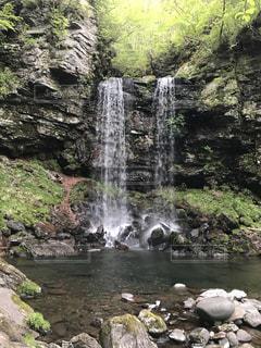 水の体の上の大きな滝 - No.755505
