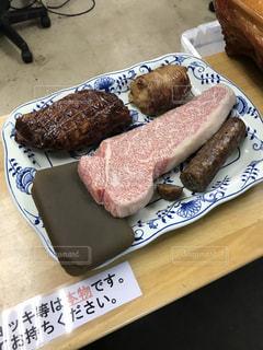 テーブルの上に食べ物のプレート - No.755523