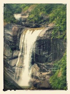 背景の山と滝 - No.755568