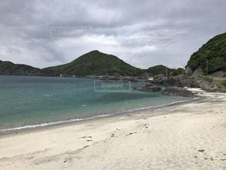水の体の横にある砂浜のビーチ - No.755609