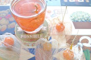 コーヒー カップの横にあるオレンジ ジュースのガラスの写真・画像素材[757468]