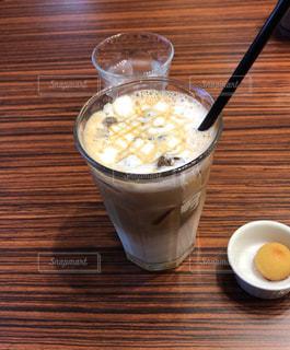 木製テーブルの上のコーヒー カップの写真・画像素材[944551]