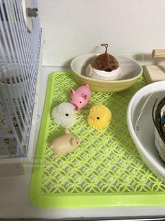 テーブルの上に食べ物のボウルの写真・画像素材[944621]