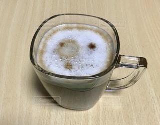 テーブルの上のコーヒー カップの写真・画像素材[980086]