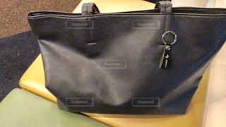 黒と黄色のバッグの写真・画像素材[980088]