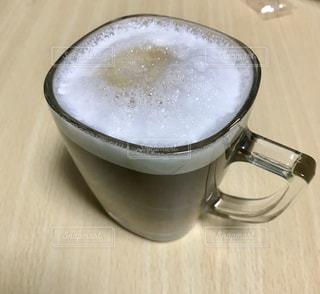 テーブルの上のコーヒー カップの写真・画像素材[981257]