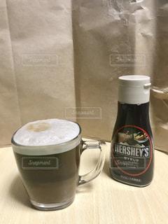 チョコレートソースとコーヒーの写真・画像素材[981366]