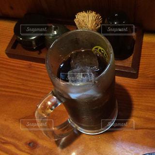木製テーブルの上のビールのグラスの写真・画像素材[1206978]