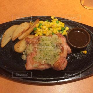 皿のご飯肉と野菜料理の写真・画像素材[1206982]