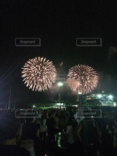 観衆の前で夜の花火の写真・画像素材[1213439]
