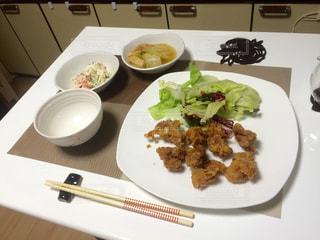 テーブルの上に食べ物の種類トッピング白プレートの写真・画像素材[1213453]