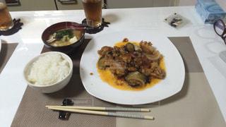 テーブルの上に食べ物のプレートの写真・画像素材[1213455]