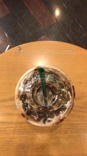 木製テーブルの上のカップの写真・画像素材[1216576]