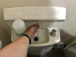白いシンクの水の写真・画像素材[1221597]