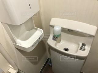 浴室に小さな白いシンクの写真・画像素材[1221605]