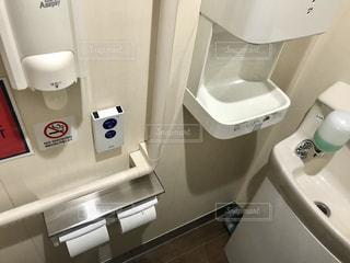 洗面台と鏡とトイレの写真・画像素材[1221617]