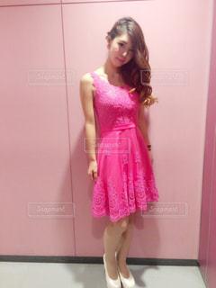 ピンクのドレスを着ている女性の写真・画像素材[1231350]
