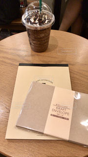 木製テーブルの上に座っている便箋の写真・画像素材[1238706]