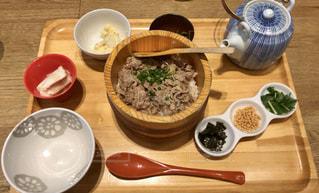 木製のテーブルの上に食べ物の写真・画像素材[1250310]