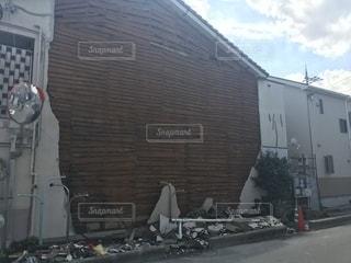 台風や地震で崩れた大きな白い建物の写真・画像素材[1442523]