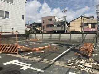 建設現場台風や地震で崩れた大きな白い建物の写真・画像素材[1442531]
