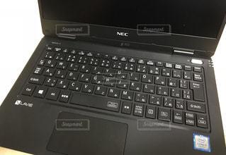 キーボードの上に座ってオープン ラップトップ コンピューター ノートパソコンの写真・画像素材[1443355]