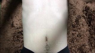 お腹と胸の毛と肌の写真です。脱毛などのビフォーアフターの写真に使用できます。の写真・画像素材[1654555]