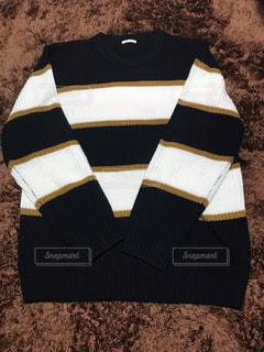 茶色と白のセーターの写真・画像素材[1675635]