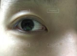 近くに人の顔のアップの写真・画像素材[1690304]