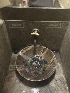 テーブルの上の茶色のボウルの写真・画像素材[1691631]