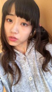 selfie を取る若い女性の写真・画像素材[1697384]