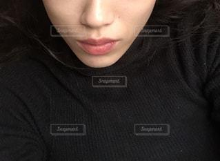 黒の t シャツを着ている女性の写真・画像素材[1697432]