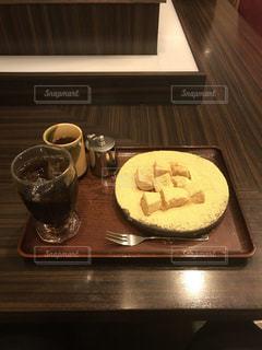 木製のテーブルの上に座ってコーヒー カップの写真・画像素材[1700613]