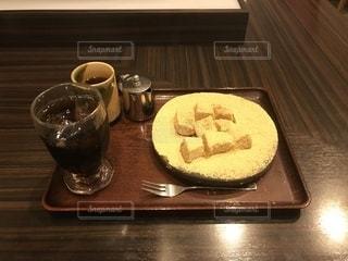 木製のテーブルの上に座ってコーヒー カップの写真・画像素材[1700614]