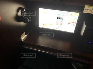 テーブルの上に座っているラップトップ コンピューターの写真・画像素材[1715251]