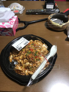 テーブルの上に食べ物のプレートの写真・画像素材[1742556]