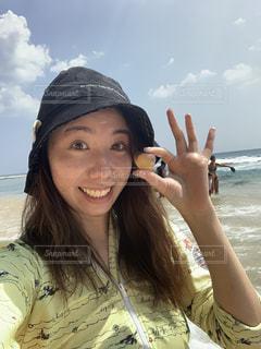 帽子をかぶって、カメラで笑顔の女性の写真・画像素材[2082337]