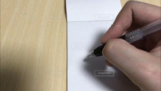 ペンを持っている手の写真・画像素材[2101209]