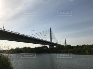 水の体の上に橋を渡る列車の写真・画像素材[2107460]