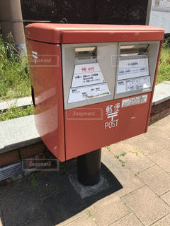 歩道の赤い箱の写真・画像素材[2110872]