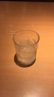 木製のテーブルの上に置かれるワインのグラスの写真・画像素材[2112255]