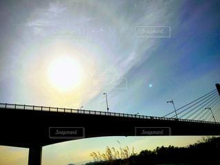 水の体に架かる橋の写真・画像素材[2112284]