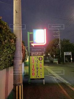 街の通りにある電柱の標識の写真・画像素材[2129810]